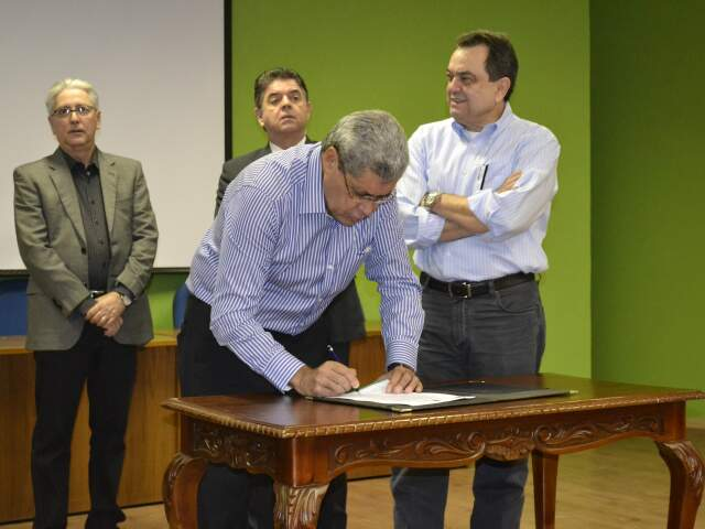 Puccinelli assinou hoje decretos ambientais, durante evento do Dia do meio AMbeinte, no Imasul (Foto: Mariana Lopes)