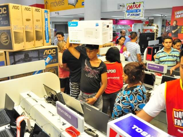 Consumidores no interior da loja (Foto: João Garrigó)