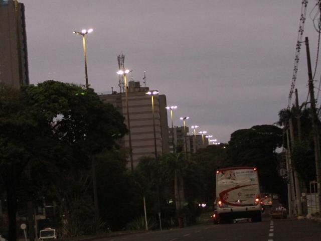 O dia começou em Campo Grande com o céu nublado e garoando em algumas regiões (Foto: Saul Schramm)