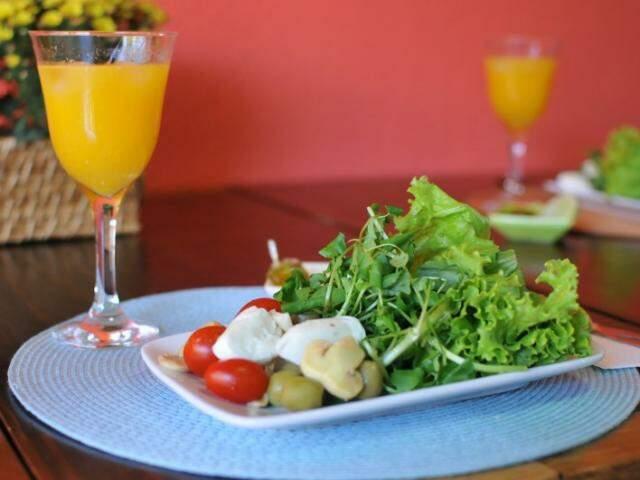 Salada e suco. (Foto: Alcides Neto)