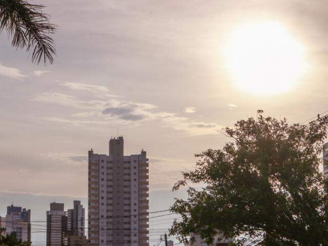 O amanhecer neste sábado em Campo Grande (Foto: Henrique Kawaminami)