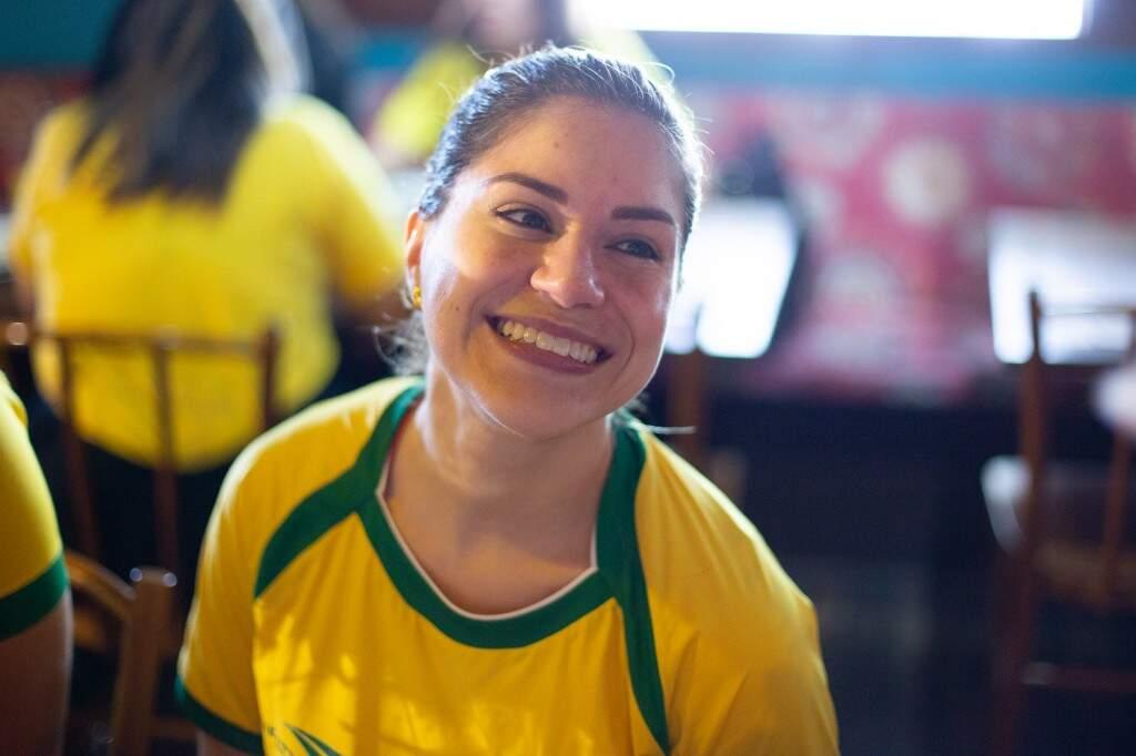 """A advogada Natália também resolveu comemorar e aproveitou para tirar um """"sarrinho"""". (Foto: Fernando Antunes)"""