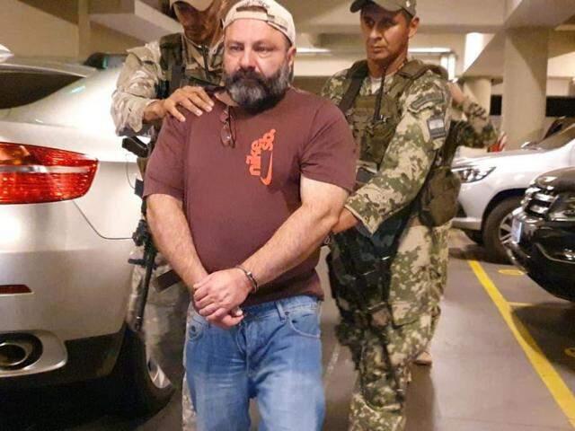 Brasileiro Levi Felício é conduzido por agentes da Senad, hoje em Assunción (Foto: Divulgação)