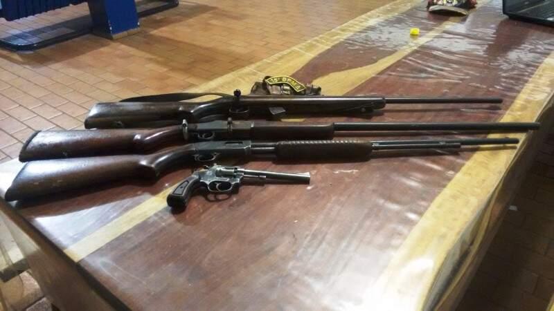 Segundo a PMA, as armas seriam usadas para prática de caça ilegal. (Foto: Divulgação PMA)