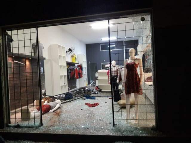 Como ficou a loja logo após a invasão. (Foto: Direto das Ruas)