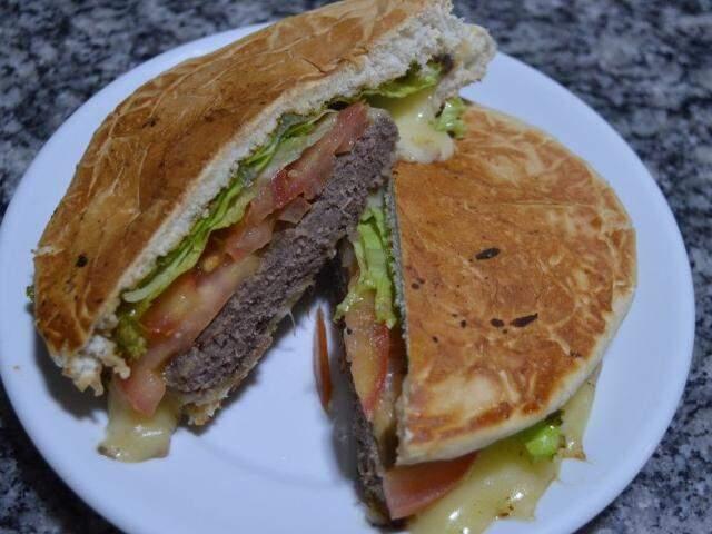 Local também tem sanduíches com hambúrguer...