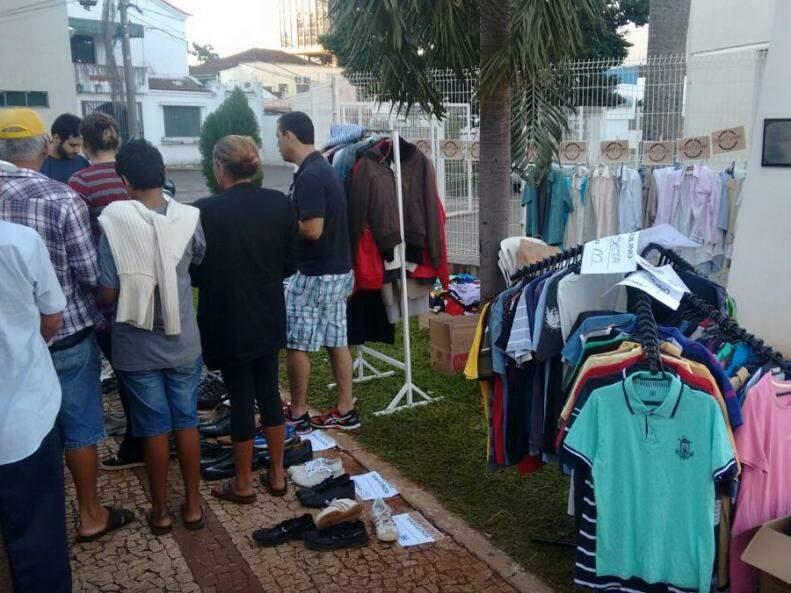 Edição do bazar em 2016 exposto em frente à Paroquia Santo Antônio) (Foto: reprodução/Facebook)