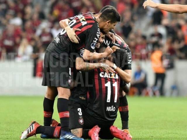 Jogadores comemorando a goleada desta noite. (Foto: Atlético-PR)
