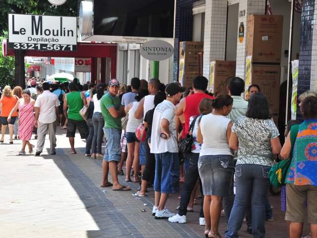 Consumidores fazem fila para aproveitar ofertas (Foto: João Garrigó)