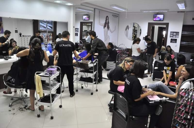 No studio, mais de 30 profissionais para dinamizar o atendimento (Foto: João Garrigó)