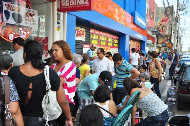 Consumidores se espremeram em uma das calçadas da rua 14 de Julho. (Foto: João Garrigó)