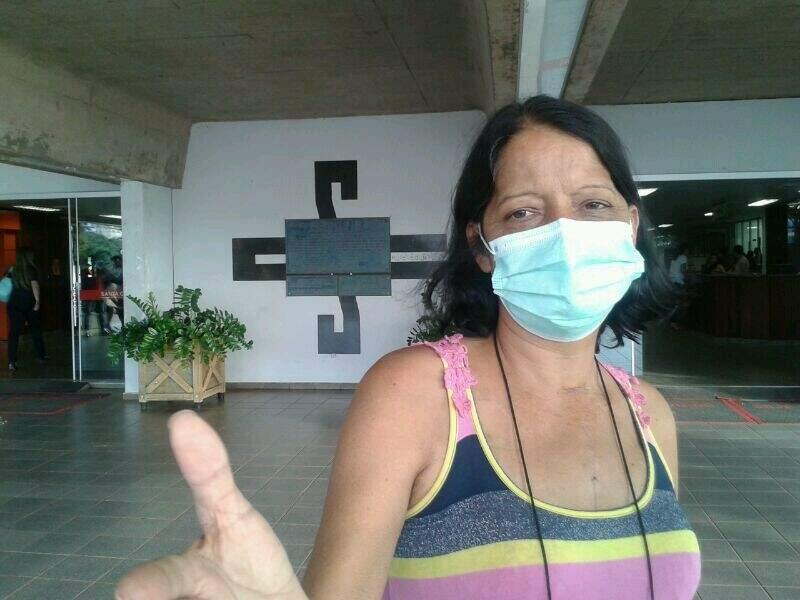 Cleonice Maria Xavier Ribeiro, 47 anos, deixando o hospital