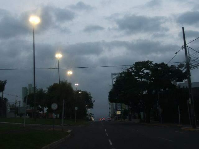 Dia amanheceu com céu escuro na Capital sul-mato-grossense (Foto: Saul Schramm)