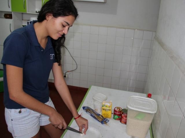 Tatiane se vira bem na cozinha, mas prefere os pratos mais fáceis, como o macarrão. (Foto: Renan Gonzaga)
