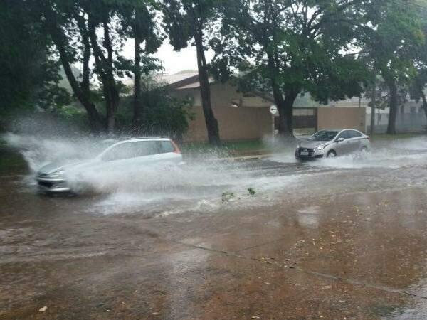 Rua dos Andradas também foi tomada pela a água. (Foto: Direto das Ruas)