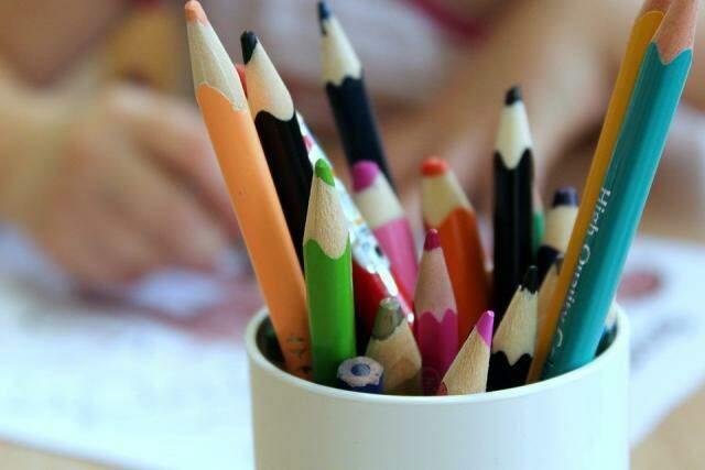 Além de livros e cadernos, lápis, canetas, borrachas e apontadores são muito bem vindos.