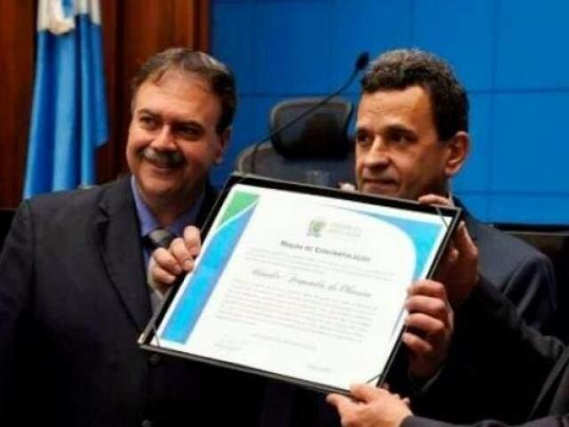 Urandir é novamente tema de polêmica. Na foto, recebe honraria da Assembleia Legislativa. (Foto: Arquivo)