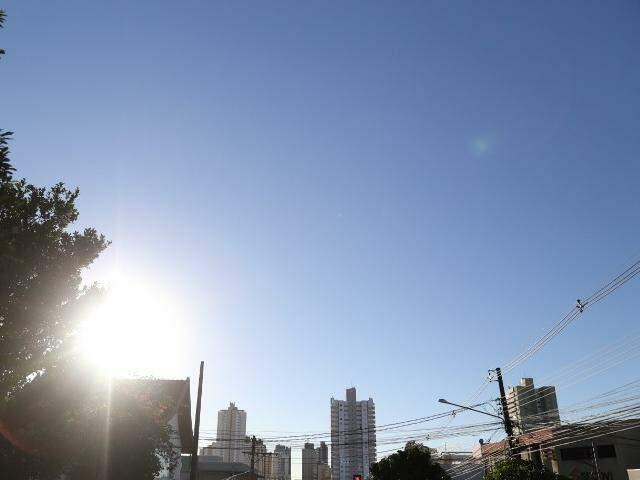 Manhã com céu claro e sem nuvens em Campo Grande. (Foto: Alcides Neto)