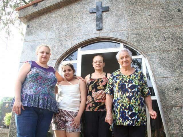 As quatro gerações da família Araújo, mulheres que vivem a saudade. (Foto: Marcos Ermínio)