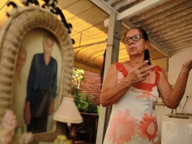 Dona Conceição mora por ali há 50 anos e não há perigo que faça ela arredar o pé. (Foto: Marcos Ermínio)