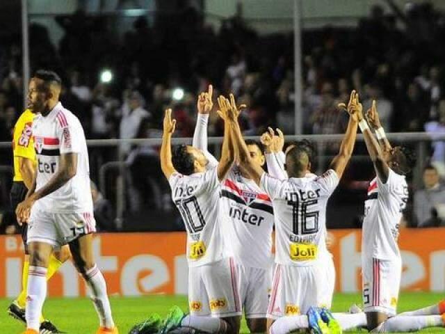 Jogadores do São Paulo comemoram o gol de Anderson Martins (Foto: Marcos Ribolli)