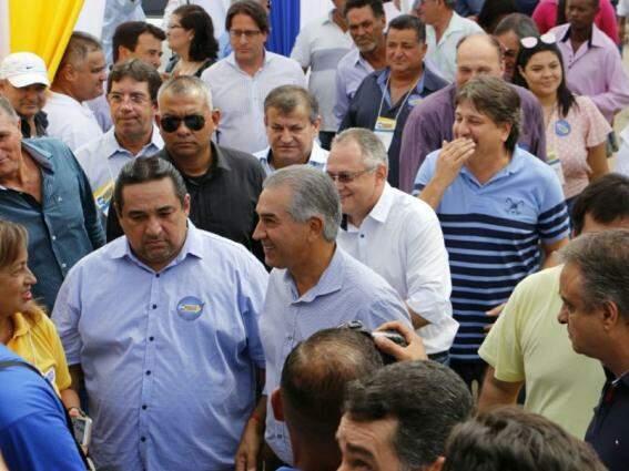 Governador Reinaldo Azambuja (no centro) durante evento do PSDB. (Foto: Helio de Freitas).