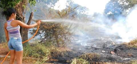 Incêndio queima 5 hectares de terreno em bairro da Capital e prejudica moradores