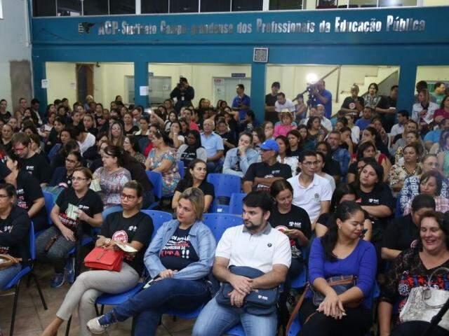Professores em assembleia que definiu a greve. (Foto: Marcos Ermínio)