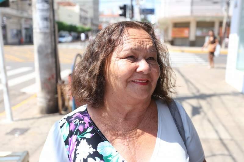 Para a dona Ilza Ricaldi, de 70 anos, os produtos estão com preço mais acessível. (Foto: Marcelo Victor)