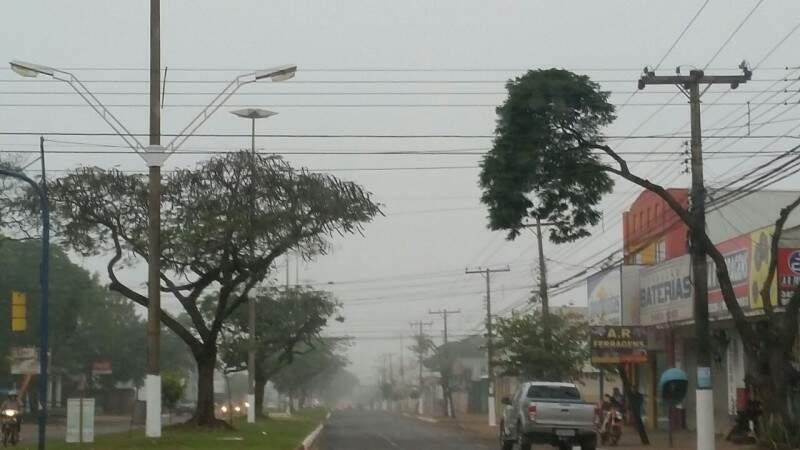 Em Dourados, nevoeiro muda cenário da cidade nesta manhã. (Foto: Helio de Freitas)