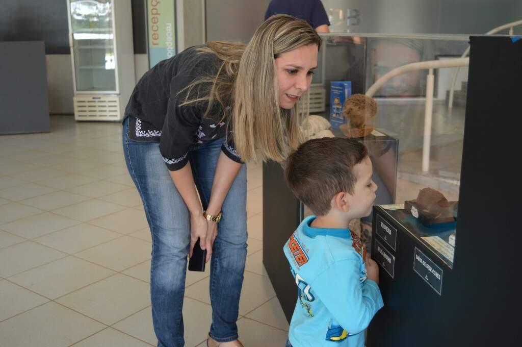 Com a mãe Daniela, Matheus era atento a cada item exposto. (Foto: Paula Maciulevicius)