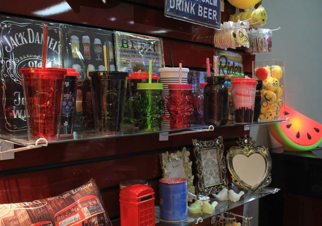 Chaveiros, quadros e copos entre as opções de presentes. (Foto: Marina Pacheco)