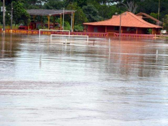Registro da cheia do rio Aquidauana em fevereiro passado, quando nível da água obrigou saída de famílias; Defesa Civil descarta situação de atenção neste momento. (Foto: O Pantaneiro/Arquivo)