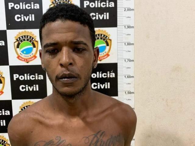 João Paulo já havia aparecido armado em frente ao imóvel onde foi preso. (Foto: Divulgação/Polícia Civil)
