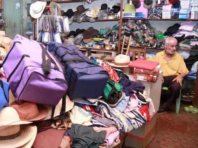 Mohamed é quem resiste aos domingos abrindo o comércio na Avenida Calógeras. (Foto: Marcos Ermínoo)