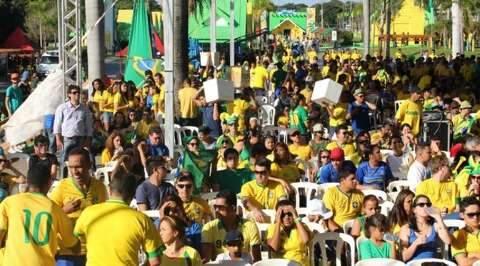 Agito na Praça da Copa começa às 12h para transmissão da estreia no Brasil