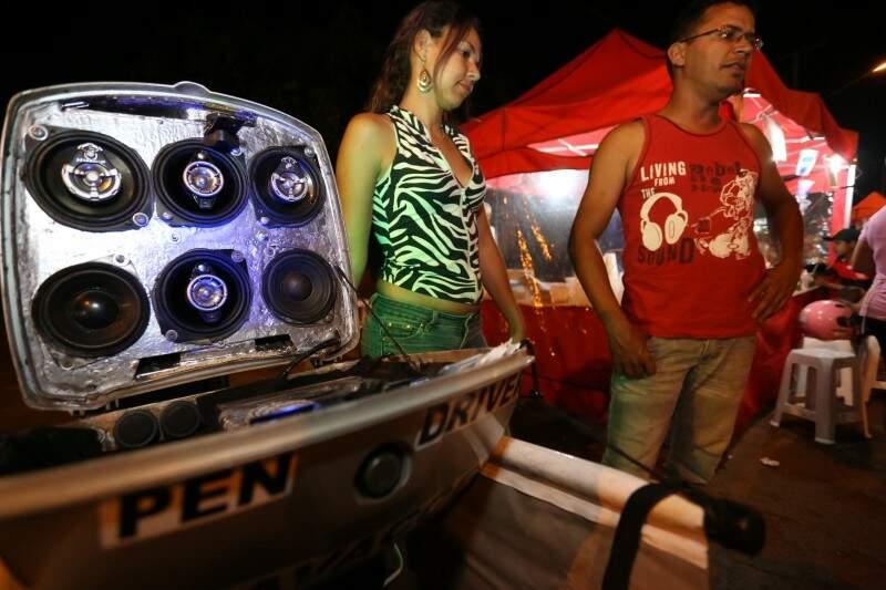 Casal é apaixonado por som resolveu ganhar dinheiro gravando arquivos de música. (Foto: Marcelo Victor)