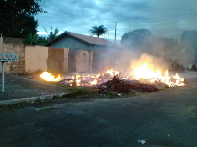 Em rua da Vila Margarida, calçada virou lixão e moradores colocaram fogo para acabar com o problema. (Foto: Marta Ferreira)