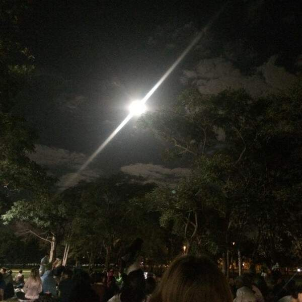 A lua estava tão incrível que criou até um efeito natural na foto (Naiane Mesquita)