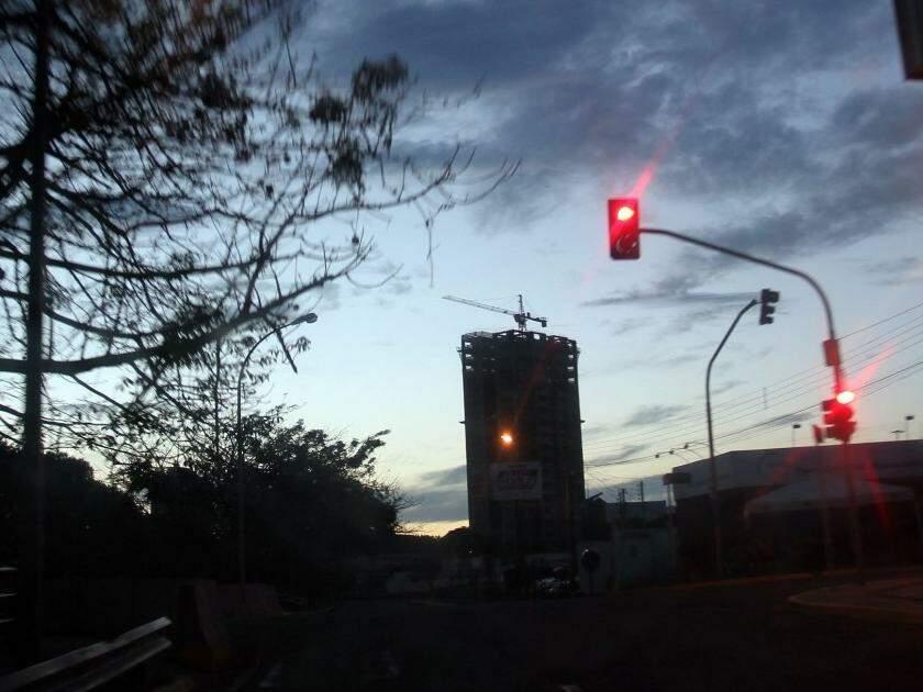 Segunda-feira amanhecendo na Avenida Ricardo Brandão (Foto: Saul Schramm)