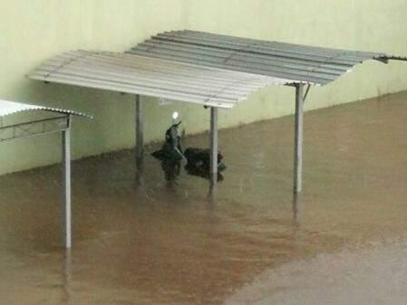 Água entrou no condomínio e quase cobriu uma moto que estava no estacionamento. (Foto: WhatsApp)