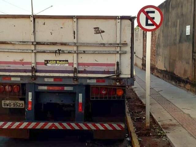 Carreta atrapalha visão de motoristas que saem de residencial, diz leitor (Foto: Direto das Ruas)