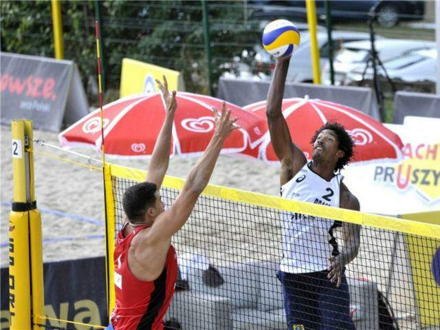 Thiago ataca contra bloqueio de Saymon na disputa do country quota (Foto: FIVB/Divulgação)