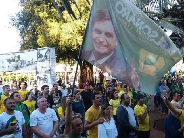 Manifestantes reunidos em Dourados (Foto: Dourados News)