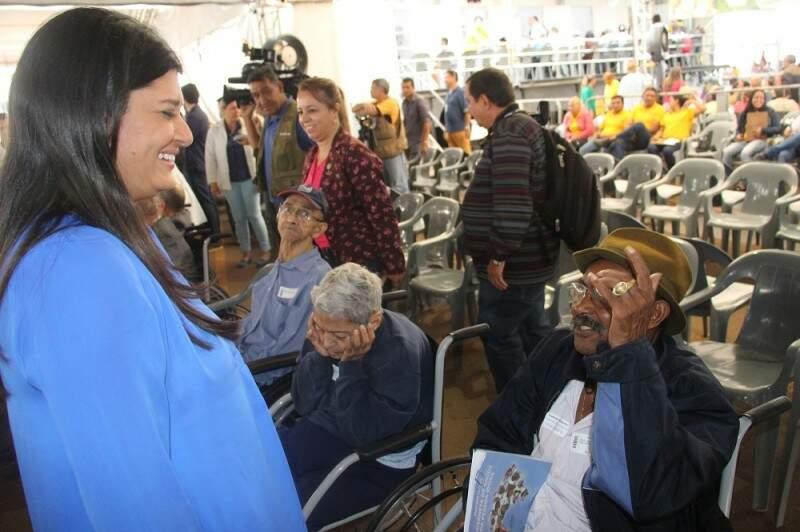 Vice-governadora conversa com José de Brito, que misturava ansiedade e medo em ter de fazer a cirurgia de catarata (Foto: Divulgação/Pedro Henrique Amaral)
