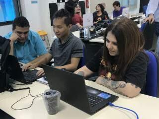 Suzana com os colegas de turma durante um evento de jogos. (Foto: Tatiana Marin)