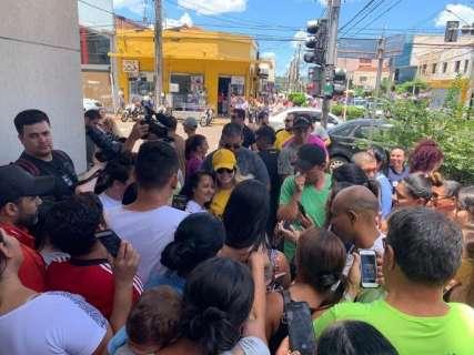 Cantora Marília Mendonça procura dois fãs de Campo Grande que foram ao show