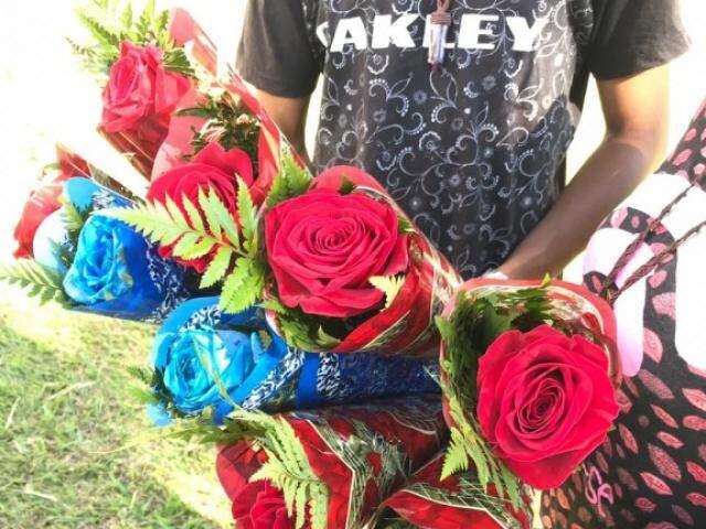 Vermelhas e azuis, rosas são vendidas pelo casal por R$ 20 (Foto: Kerolyn Araújo)