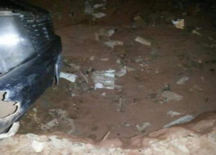 Motorista denuncia dimensão do buraco em que Fiat Uno caiu. (Foto: Direto das Ruas)