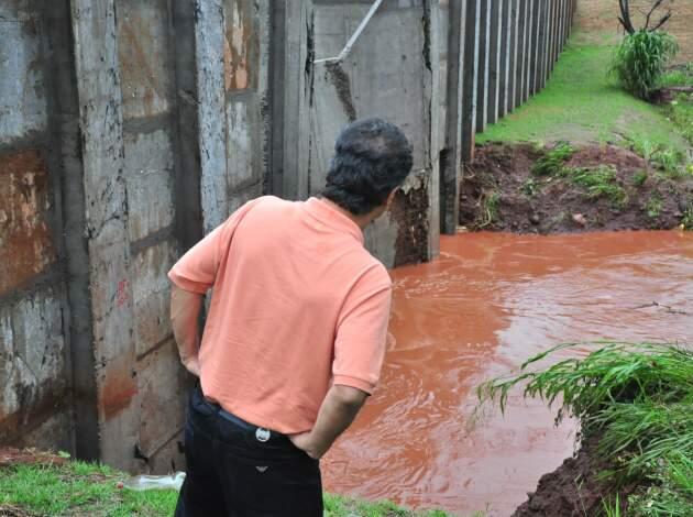 Prefeito observa rachadura em barragem no córrego Sóter, na Via Parque. (Foto: João Garrigó)